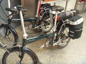 In München kommen wir mit anderen Radfahrern mit minimalem Gepäck ins Gespräch, die auch ihre Campingausrüstung mit hatten