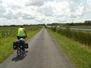 Der Fahrradweg führt streckenweise entlang der Autobahn