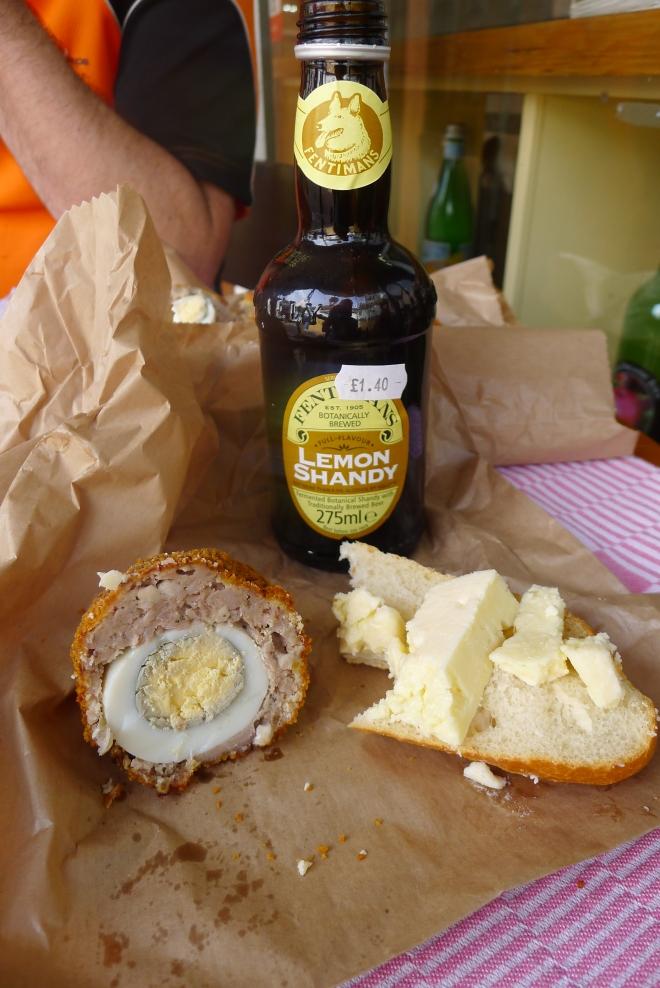 Scotch egg, lokaler Käse und eine zischige Limonade als Mittagsessen